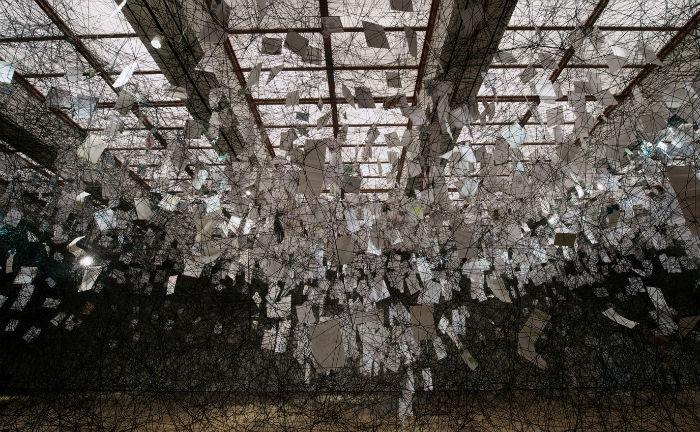 Инсталляция японской художницы Чихару Шиота «Letters of Thanks» («Письма благодарности»).