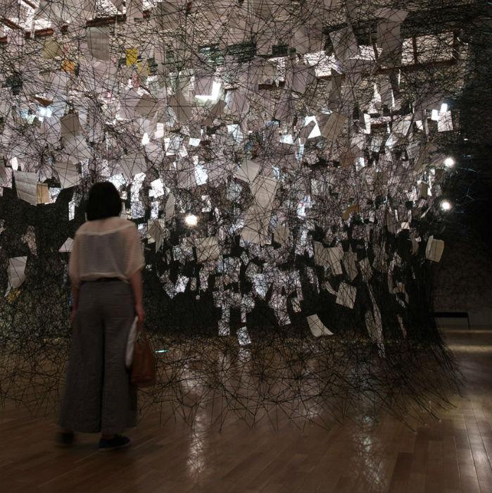 «Letters of Thanks» - посвящение отцу художницы – он мечтал однажды увидеть работы дочери в этом музее.