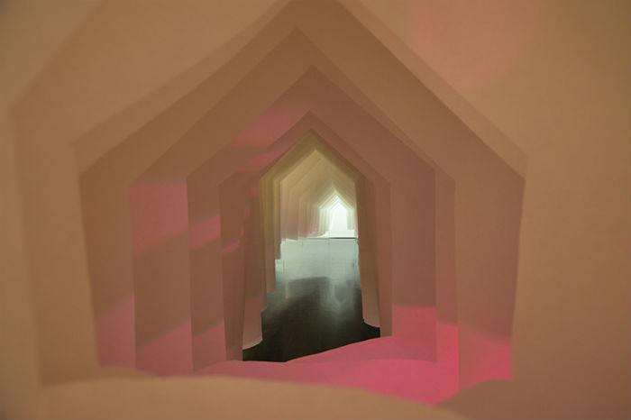 Установка представляет собой подвесной бумажный коридор, вход в который напоминает двухскатную крышу