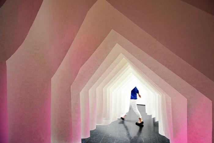 Стены «дома» подсвечиваются разными цветами – от бледно-розового до холодного голубого, что настраивает посетителей на нужный лад