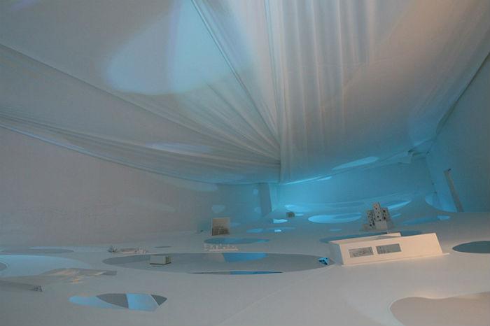 Отверстия в мембранах проделаны неслучайно – посетителям предлагается исследовать все три «этажа» установки.