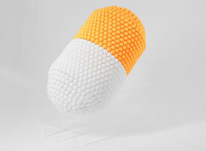 Каждая скульптура сделана вручную с использованием термоклея и стандартных шаров для пинг-понга