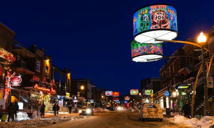 Освещение от ярких светильников чудесным образом перекликается со светом обычных уличных фонарей и светофоров