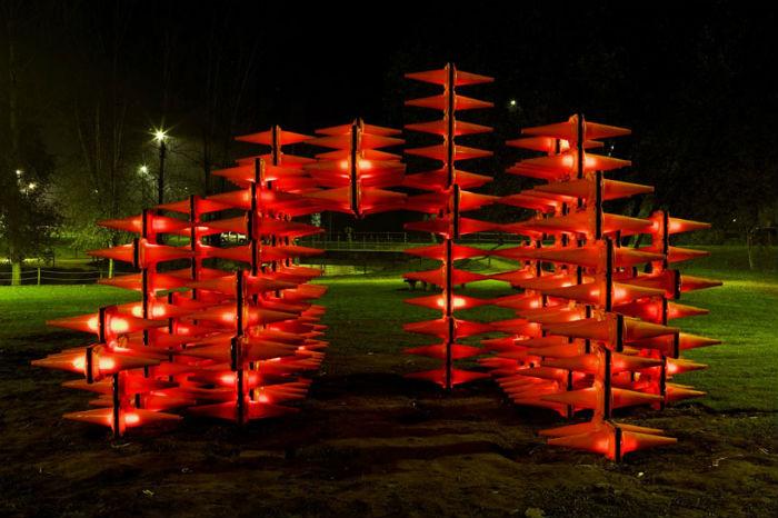 Яркая вечерняя подсветка инсталляции