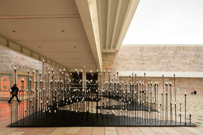 Временный лабиринт LEDscape, созданный португальцами специально для компании IKEA, представляет собой интерактивную установку из 1 200 лампочек.