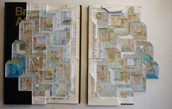 Помимо коллажей из портретов друзей, художник обожает создавать коллажи из карт<br>