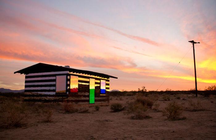 Художник поставил себе непростую задачу – превратить старую лачугу, затерянную в пустыне, в настоящее арт-явление