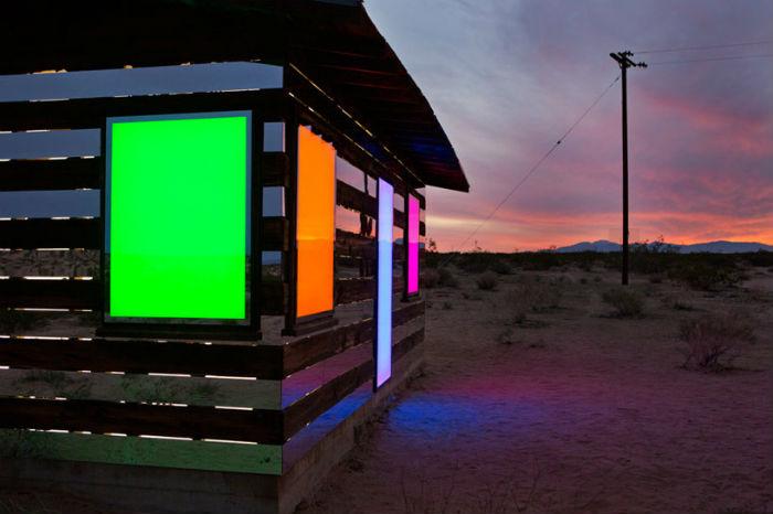 После наступления темноты дверные и оконные проёмы дома превращаются в разноцветные прямоугольники и квадраты
