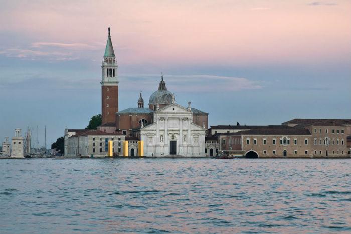 «Небо над девятью колоннами» - потрясающая скульптурная композиция в центре Венеции