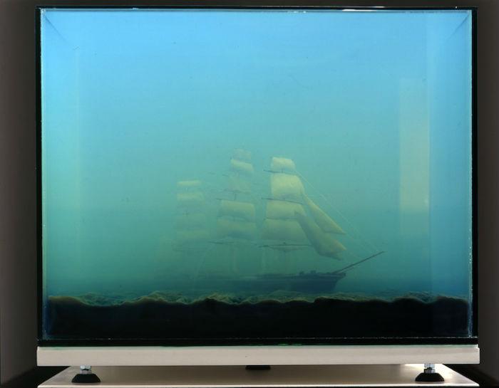 Вдохновлённая произведениями высокого искусства, Нойдекер заполняет стеклянные резервуары водой, а затем дополняет картину миниатюрными скульптурными объектами