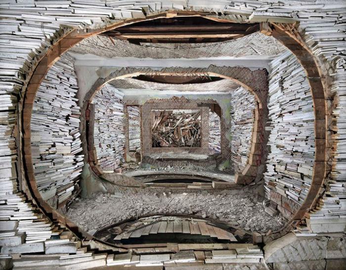 Работая с полуразрушенными зданиями, Тиуэн мастерски преобразует заброшенные пространства в новую арт-среду