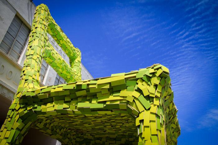 Гигантская инсталляция в Мексике в виде огромного зелёного кресла