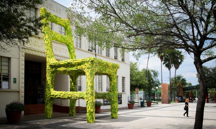 Удивительная инсталляция в Мексике, изображающая огромное зелёное кресло