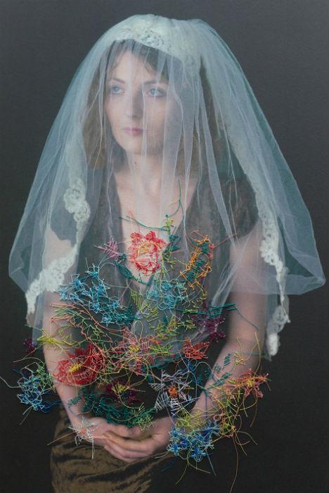 Объединение же двух сред позволяет художнице визуально взаимодействовать с человеком или местом, изображенным на фотоснимке