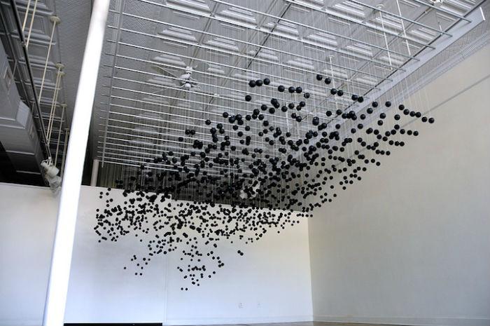 Пространственная композиция состоит из тысячи с лишним шариков для игры в пинг-понг, окрашенных в чёрный цвет