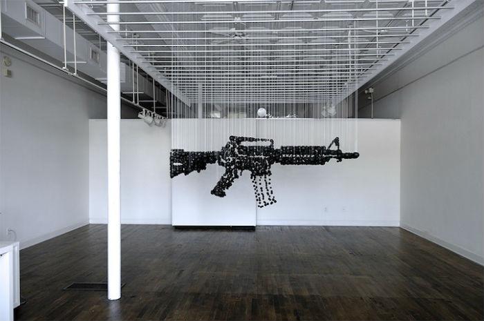 Инсталляция из чёрных шариков для пинг-понга, поднимающая тему хранения и применения оружия