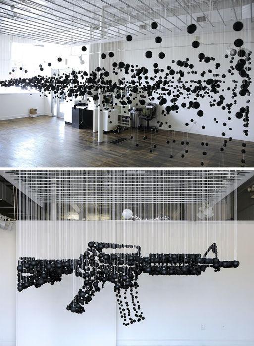 Майкл Мёрфи поднимает в своей инсталляции «Damage» («Ущерб») болезненную для американского общества тему оружия