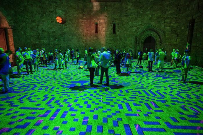 Мастер цифровых инсталляций Мигель Шевалье представил в старинном итальянском замке очередную версию своей интерактивной инсталляции Magic carpets