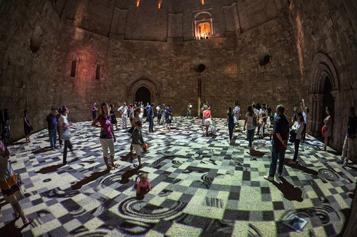 «Волшебные ковры» «расстелили» во внутреннем дворе мистического замка