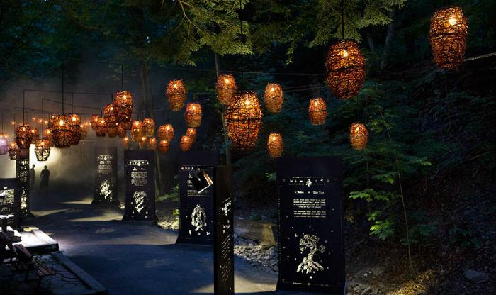 После наступления темноты посетителям парка де ля Горж де Коатикук предлагалось окунуться в чарующую атмосферу волшебства