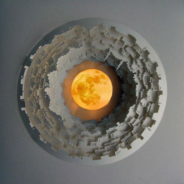 Как правило, миниатюры Нермин круглой формы, в центре композиции художница располагает какой-либо предмет