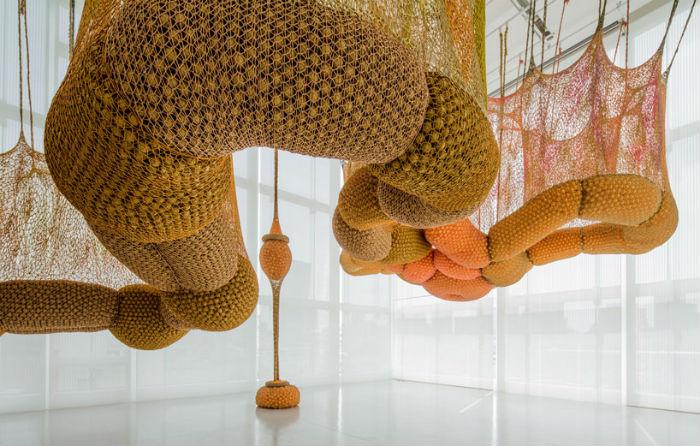 Нередко скульптуры Нето свисают с потолка, подобно диковинным  инопланетным растениям