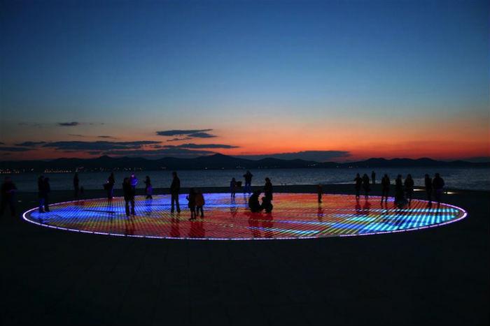 Второе по счёту творение автора, экологическая инсталляция  «Привет, солнце», удачно вписалась в пейзаж городской набережной