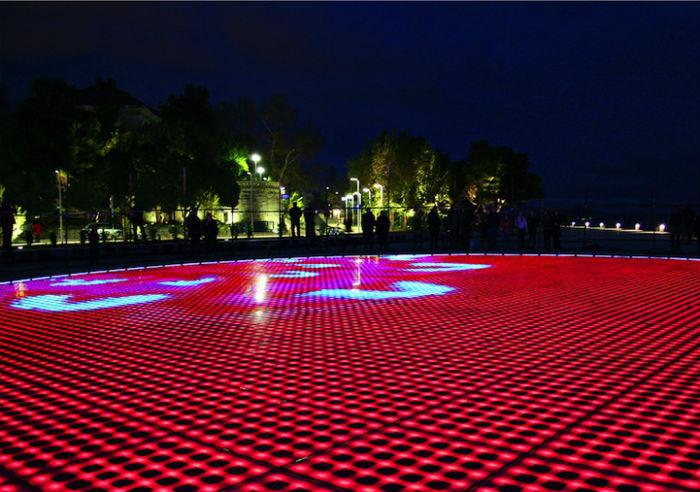 Установка состоит из трёхсот многослойных пластин, сделанных из стекла, под которыми размещены солнечные батареи