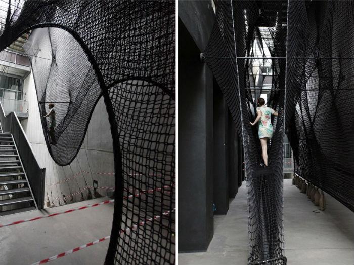 Пространственная установка Net Linz стала альтернативной «лестницей», ведущей в выставочное пространство австрийского центра современного искусства