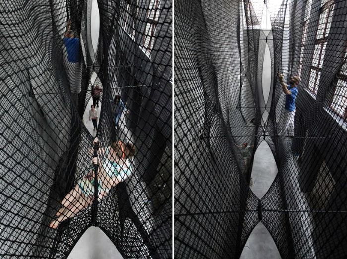 Подвесной аттракцион-сетка Net Linz в центре современного искусства города Линц (Австрия)