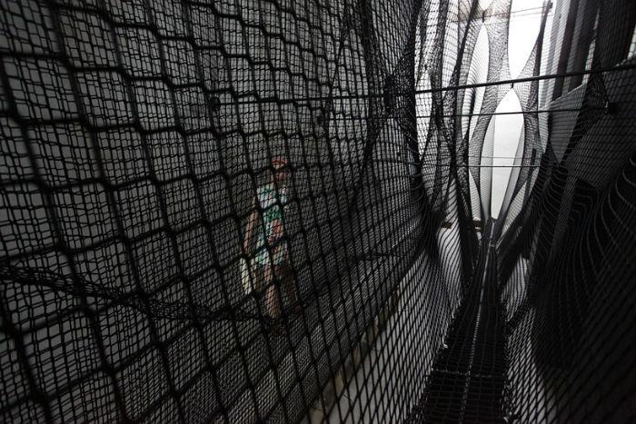 Сетка, натянутая под потолком выставочного пространства OK Center в австрийском Линце, образует нечто вроде искусственного лабиринта