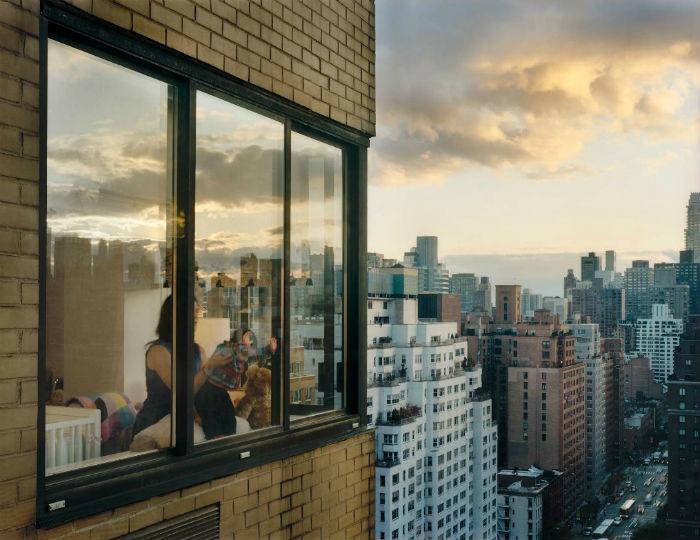Окна нью-йоркских квартир в фотопроекте Гейл Халабан