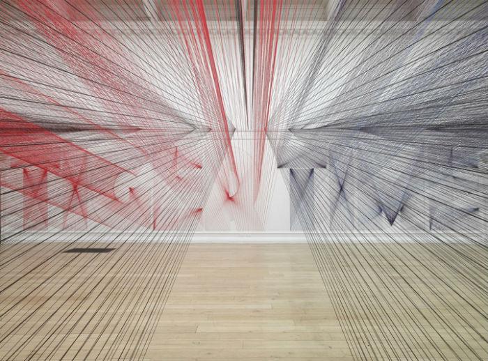 Для создания своих инсталляций Уайт умело использует всё богатство простых и  доступных материалов