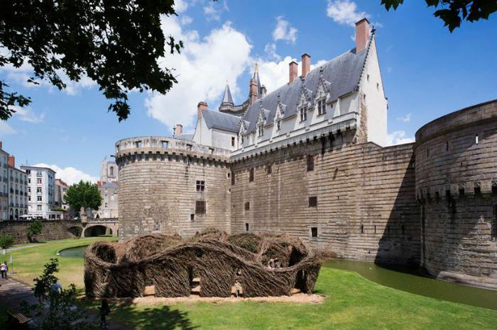 Гнездо для королевы: любопытная инсталляция в городе Нант (Франция)