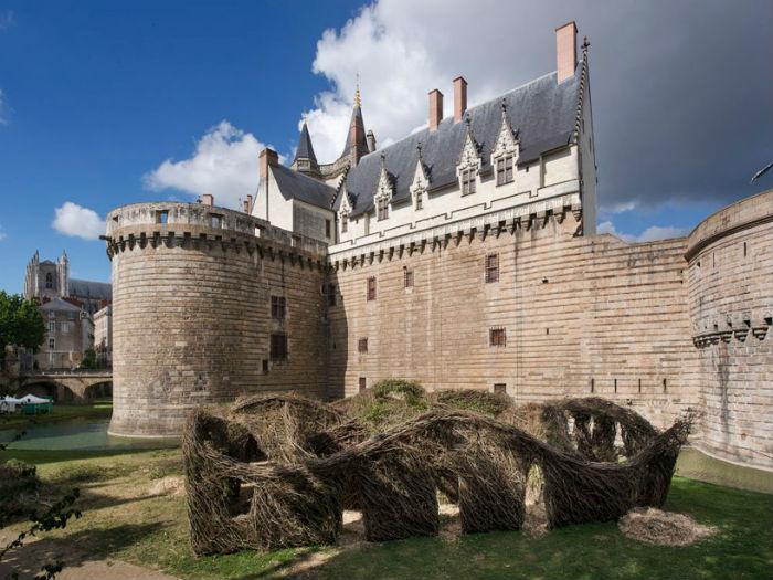 Любопытная инсталляция близ замка герцогов Бретонских