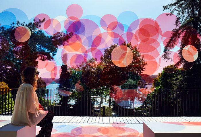 Инсталляция Кокседжа – экран с полупрозрачными акриловыми дисками разных размеров, установлен недалеко от пролива Босфор