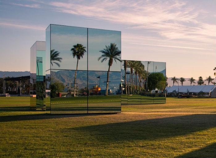 Американский художник Филлип К. Смит III представил в апреле этого года свой новый проект – световую пространственную композицию Reflection field