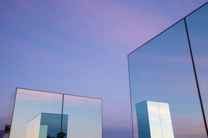 Reflection field стала самой масштабной установкой в художественной практике мастера