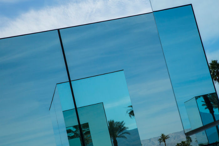 Инсталляция состоит из пяти автономных блоков (от небольших до пятиметровых) с зеркальными поверхностями, отражающими окрестный пейзаж