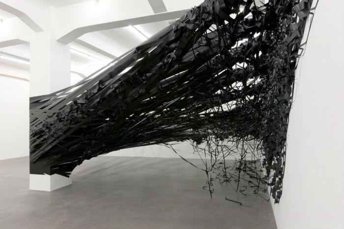 Моника – автор потрясающих инсталляций, которые она сама предпочитает называть рисунками