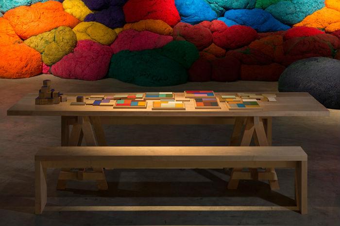 Интерактивный элемент инсталляции подразумевает создание гостями выставки собственных цветовых сочетаний
