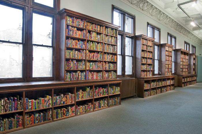 На корешке каждой книги, представленной в библиотеке, значится имя одного из виднейших деятелей культуры Британии