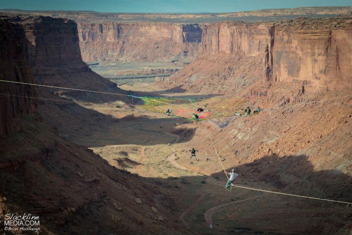 Инсталляция с гамаков в сердце пустыни Мохаве - оригинальная задумка экстремала Эндрю Льюиса