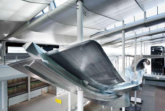Знаменитый художник и скульптор Ричард Уилсон подготовил для лондонского  аэропорта Хитроу свою гигантскую скульптурную работу Slipstream.