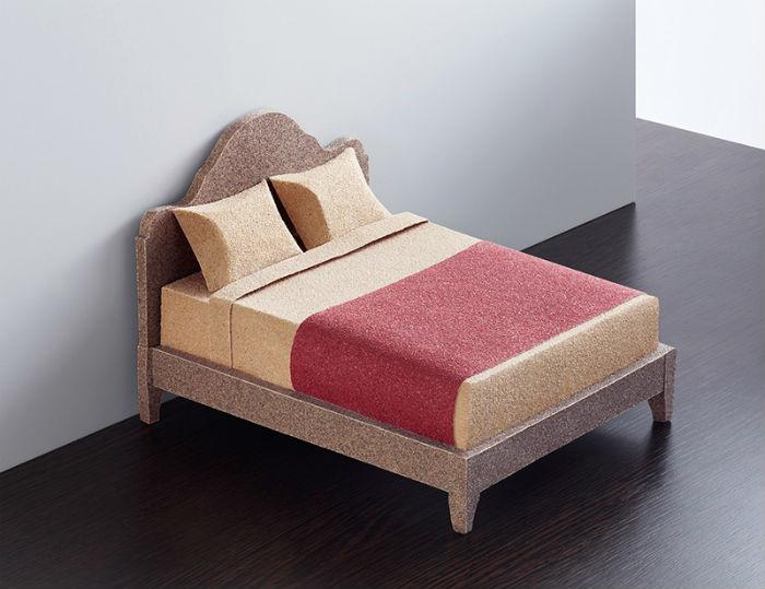 Не самая мягкая мини-кровать, выполненная из наждачной бумаги