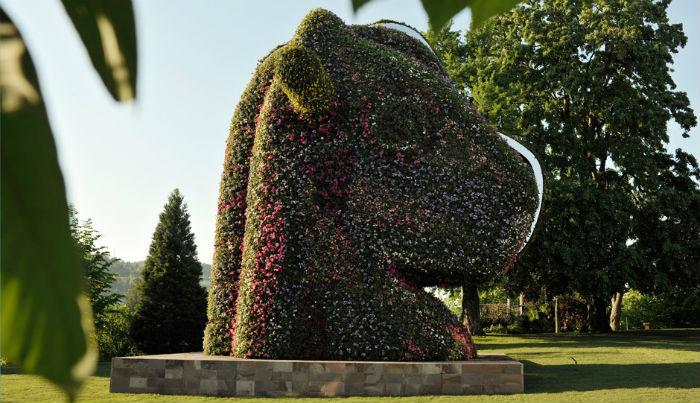 Скульптура существует только в двух экземлярах, лишь один из них принадлежит автору