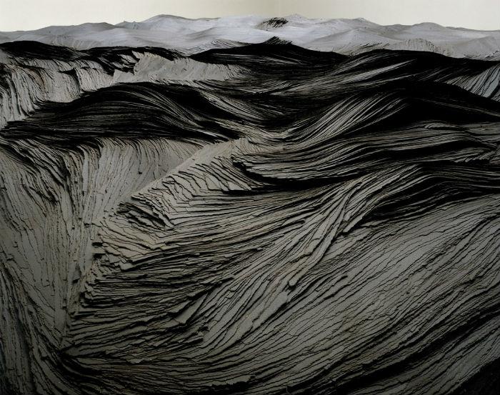 Донован создаёт свои работы из плёнки, стекла, канцелярских кнопок, зубочисток, булавок и карандашей