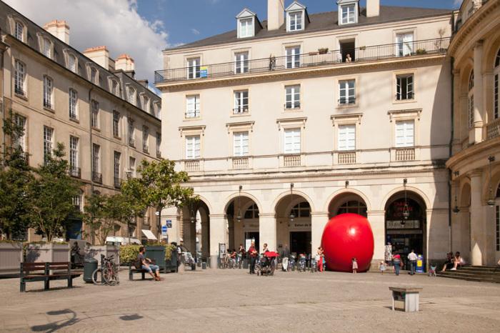 Передвижная инсталляция RedBall project, в виде гигантского красного шара, победоносно шествует по миру