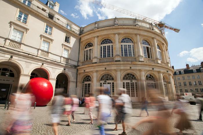 На этот раз Першке установил красный шар в интересном историческом месте – под арочным сводом здания оперы во французском городе Ренн