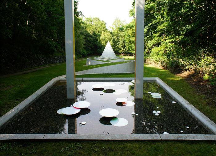 Инсталляция художника дополняет работу израильского скульптора Дани Каравана «Дорога в потайной сад»